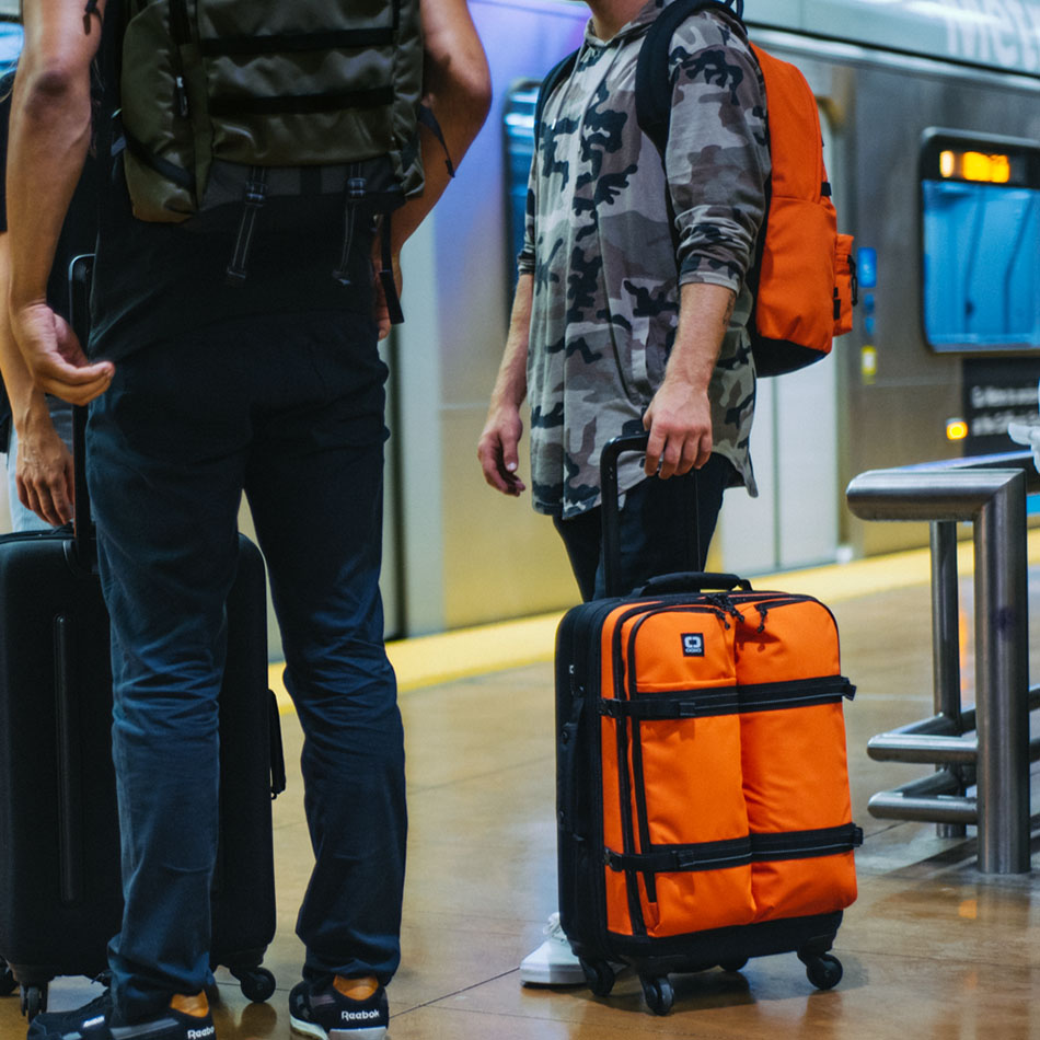 ogio-bags-travel-2019-alpha-core-convoy-522s-lifestyle-1